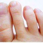 足の爪をケアする